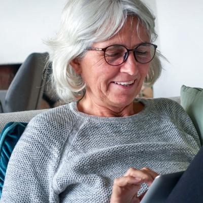 TOK - oudere vrouw met tablet